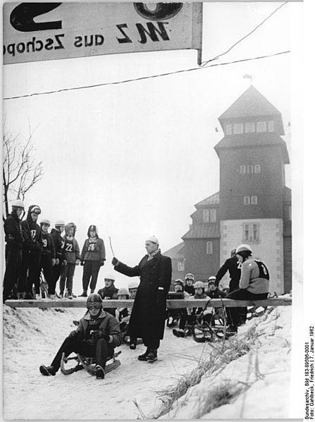 447px-Bundesarchiv_Bild_183-89506-0001,_Fichtelbergrennen,_Rodeln,_Start